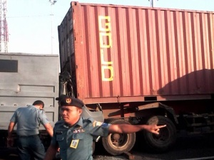 Kecelakaan truk Marinir dan container