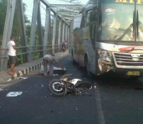 bus mira versus sepeda motor