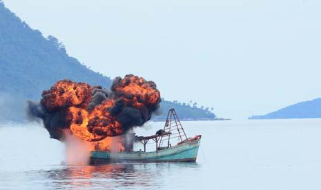 tni-al menenggelamkan kapal pencuri ikan