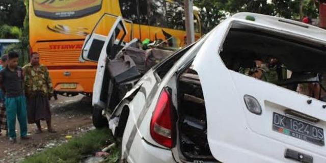 kecelakaan bus vs travel banyuwangi