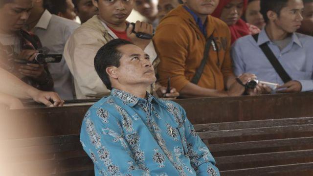 antan WR III Universitas Hasanuddin (Unhas) Prof Musakkir terdakwa kasus penyalagunaan Narkoba jenis Sabu-sabu mendengarkan pembacaan dakwaan di Pengadilan Negeri Makassar, Senin (26/1).
