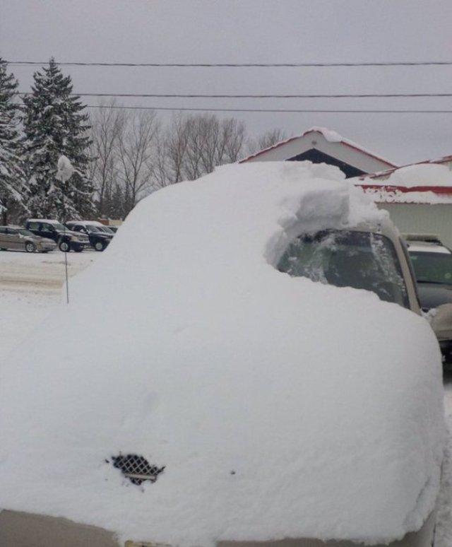 kaca-mobil-tertimbun-salju-kakek-80-tahun-nekat-berkendara-aTji6eO0y3