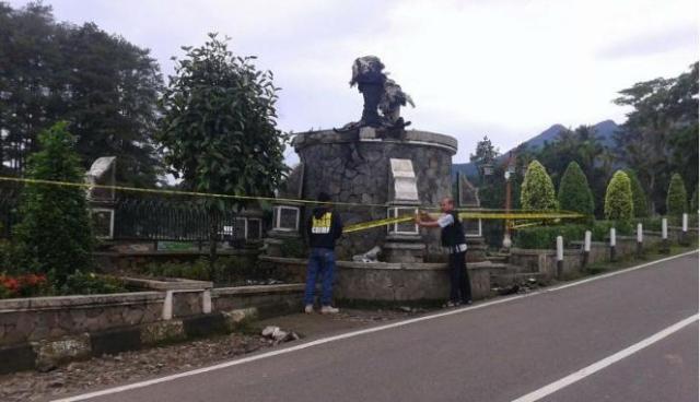 patung arjuna purwakarta dibakar
