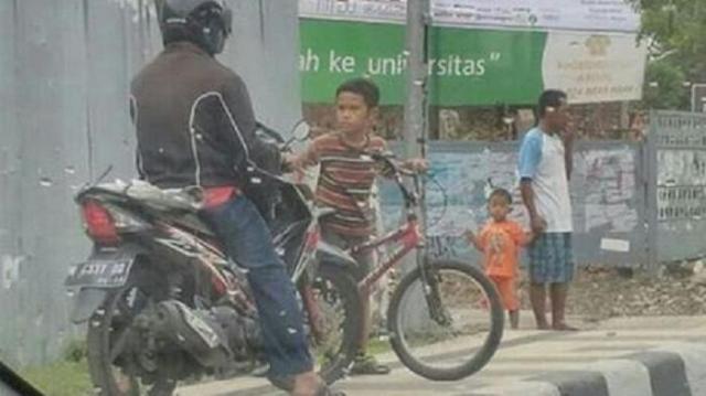 daffa cegat pengendara motor yang naik ke trotoar
