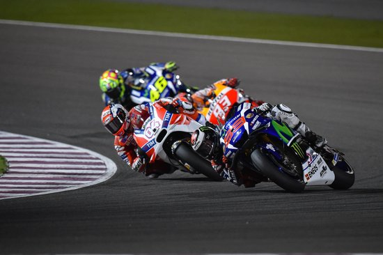 jorge-lorenzo-leads-andrea-dovizioso-at-the-motogp-of-qatar-2016