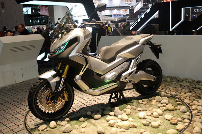 ... honda kembali akan menggebrak pasar sepeda motor namanya honda x adv
